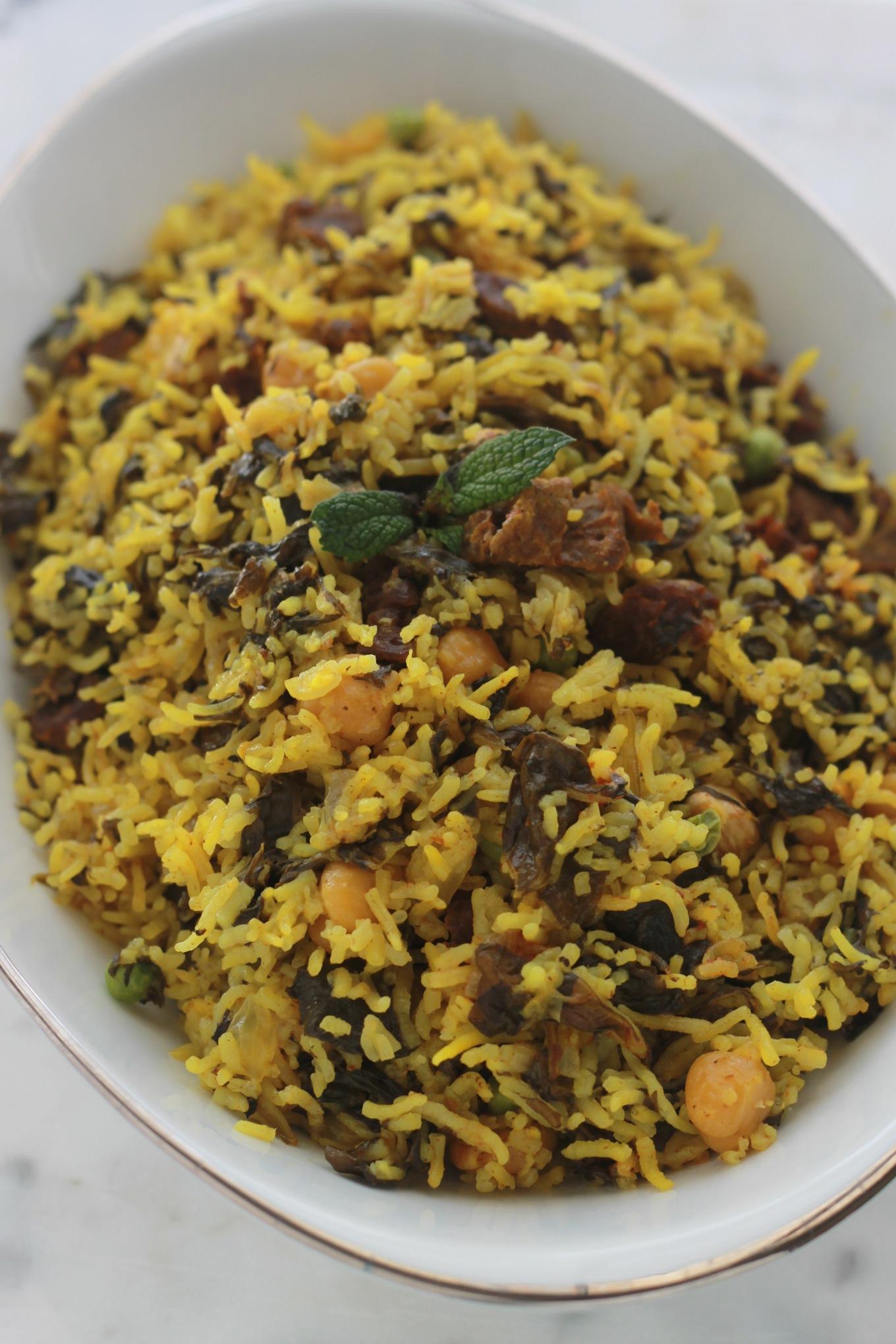 Riz djerbien ou Roz Djerbi tunisien. Un plat complet, délicieux, rapide et facile : du riz cuit à la vapeur avec des épinards, de la viande et/ou des abats comme le foie, des pois chiches et autres légumes./ cuisineculinaire.com
