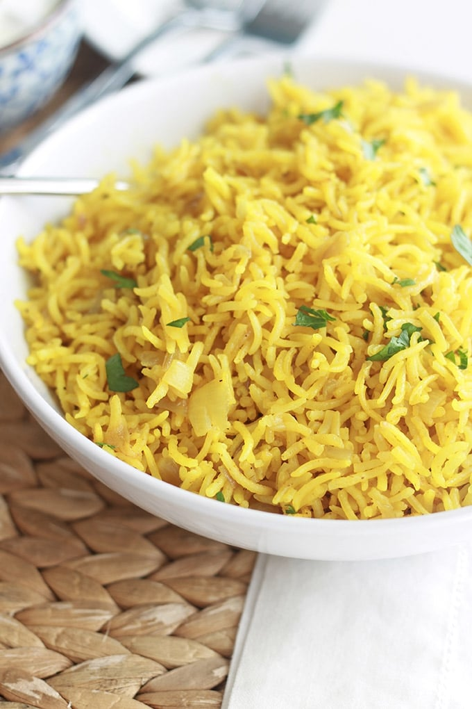 Ce riz pilaf au curcuma est plein de saveurs. C'est un délicieux plat d'accompagnement pour viandes et poissons. Facile à faire et prêt en 25 minutes!