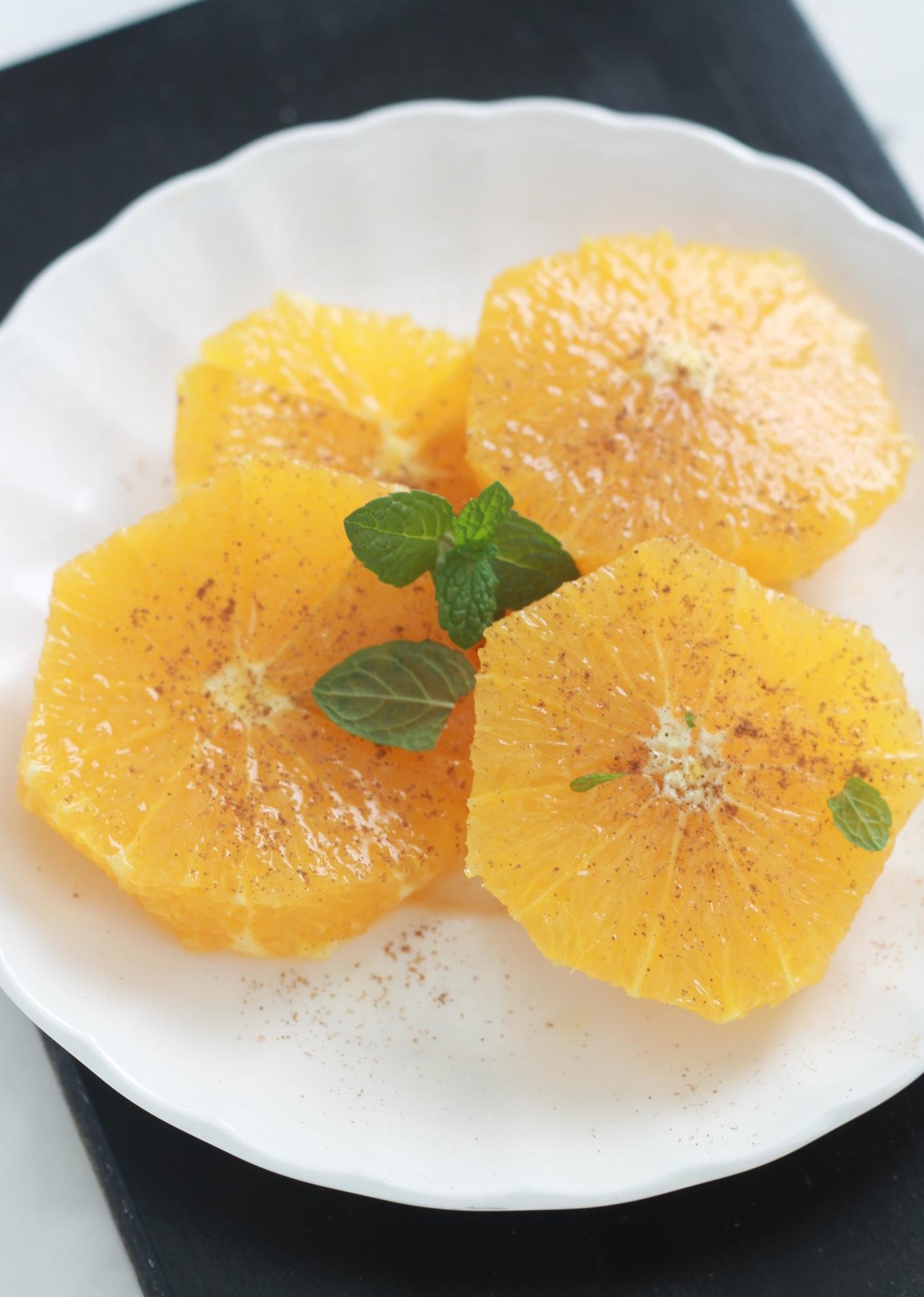 Salade d'oranges agréablement parfumée à l'eau de fleur d'oranger et à la cannelle. Elle est rafraîchissante, simple et facile à faire. Vous pouvez aussi la décorer avec des fruits secs selon vos goûts.| CuisineCulinaire.com