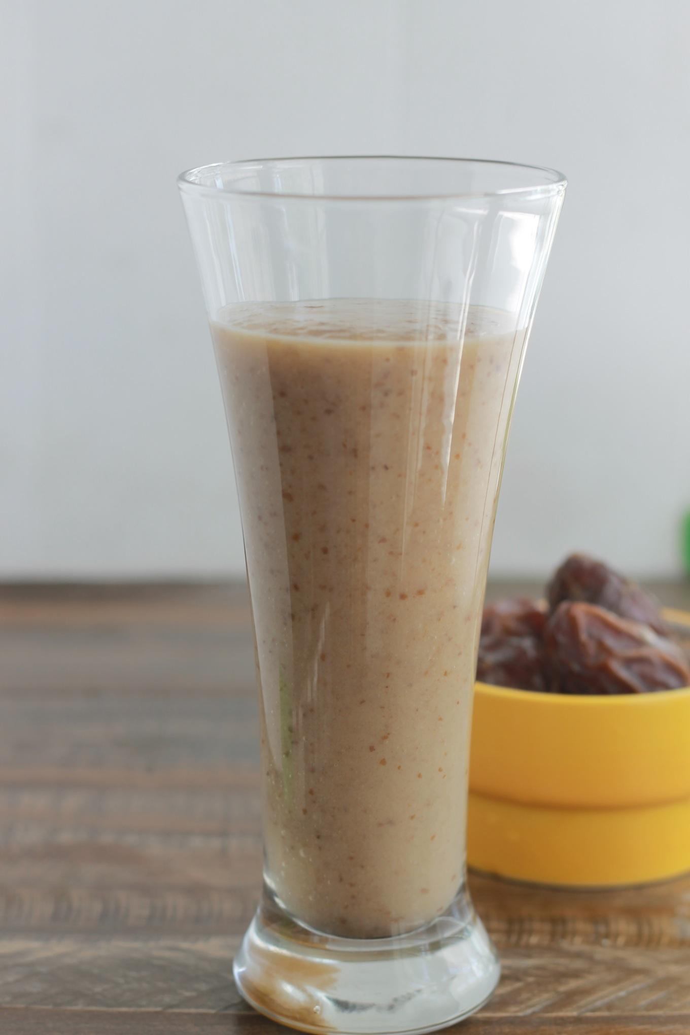 Délicieuse smoothie aux dattes et banane, rafraîchissante, nutritive et énergétique! Elle est agréablement parfumée à la vanille. Parfaite pour le petit déjeuner ou le goûter. | CuisineCulinaire.com