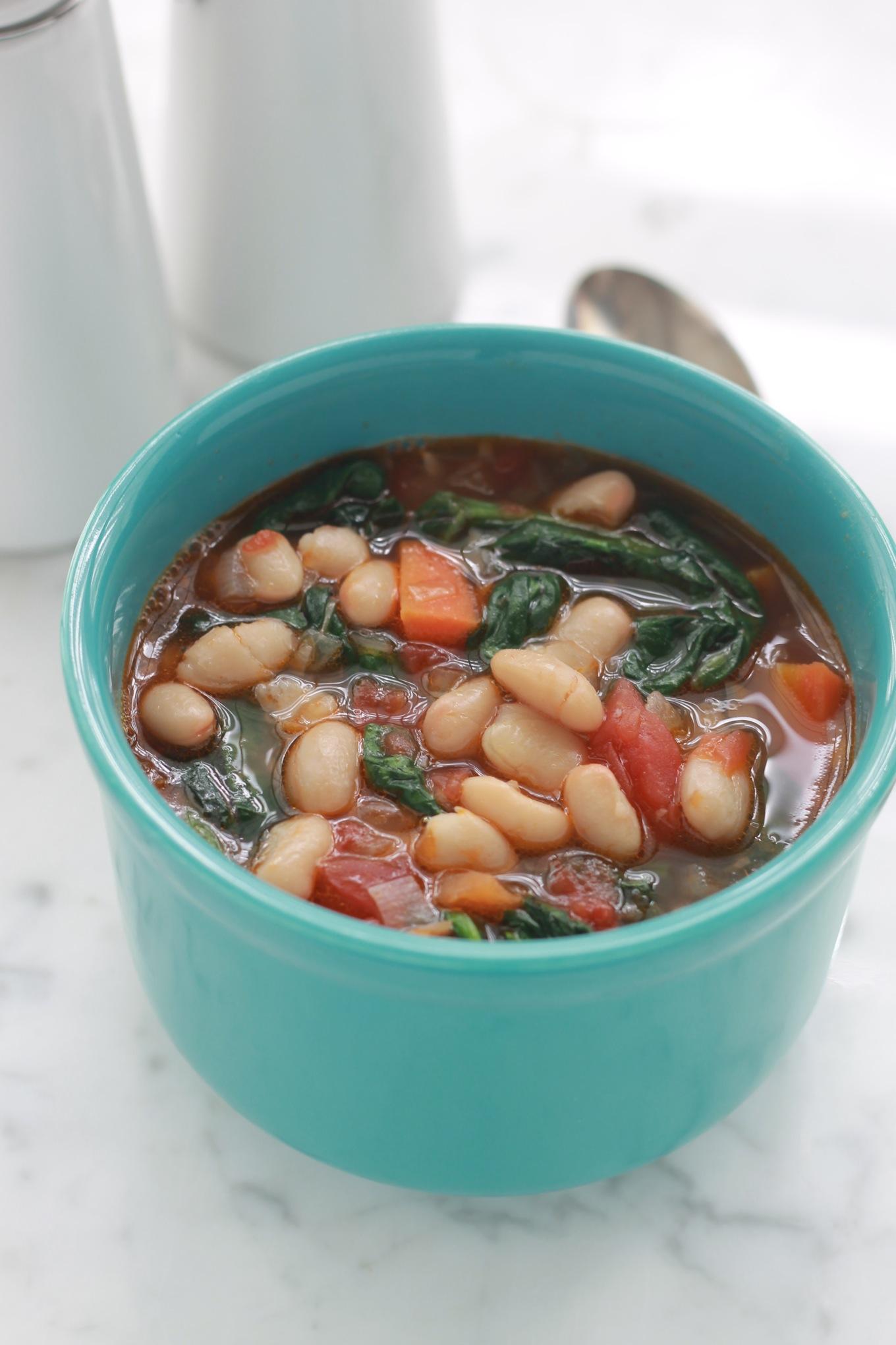 Cette soupe aux haricots blancs et épinards très facile, rapide et rassassiante. De plus, l'association haricots blancs et épinards est excellente pour la santé. / CuisineCulinaire.com