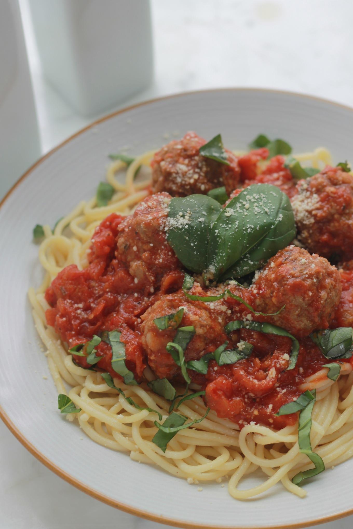 Voici un plat délicieux, facile et rapide à faire : des spaghetti aux boulettes de viande dans une sauce tomate. C'est un plat apprécié de tout le monde, particulièrement les enfants. /cuisineculinaire.com