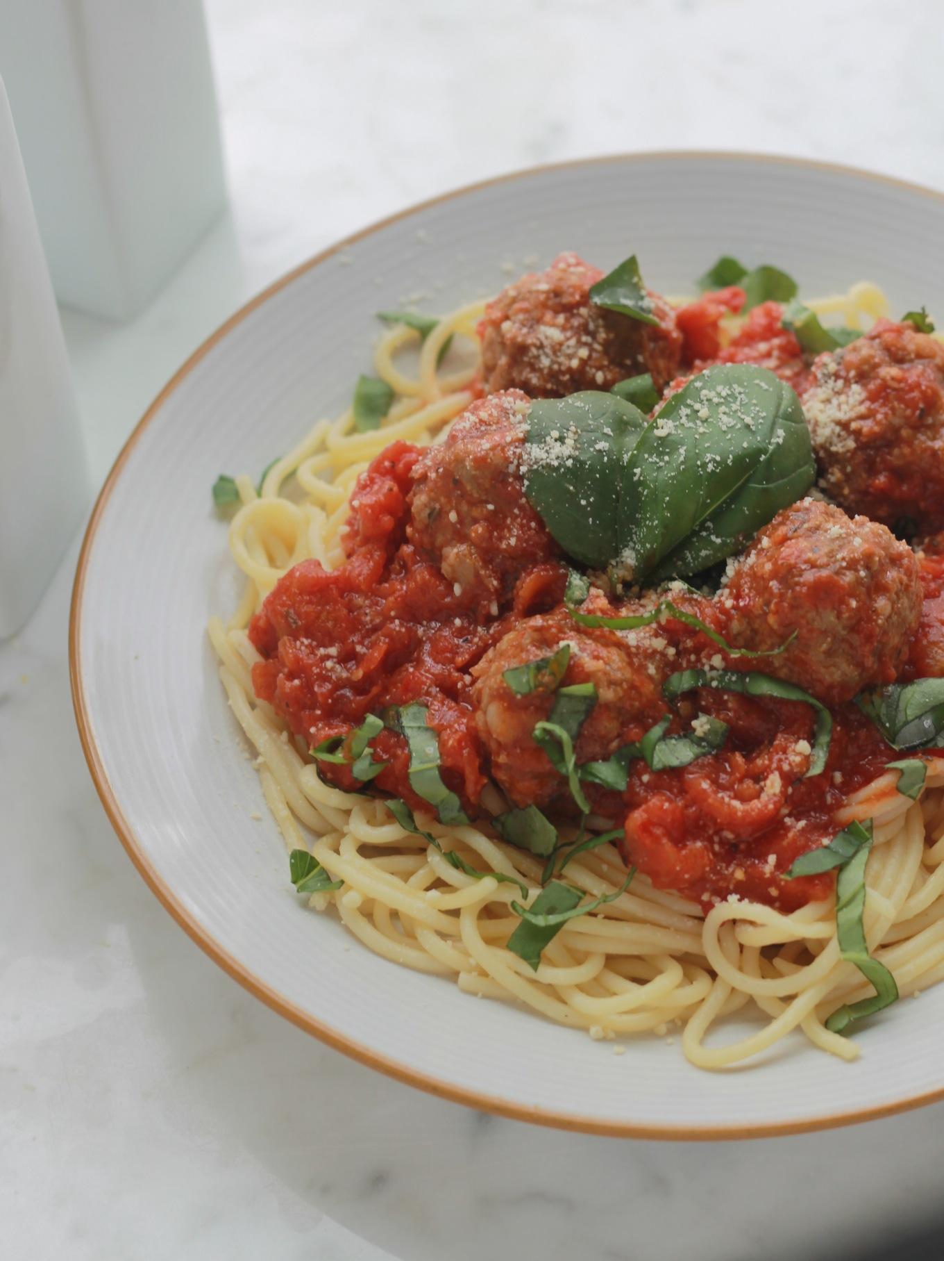 Voici un plat délicieux, facile et rapide à faire : des spaghetti aux boulettes de viande dans une sauce tomate. C'est un plat apprécié de tout le monde, particulièrement les enfants./cuisineculinaire.com