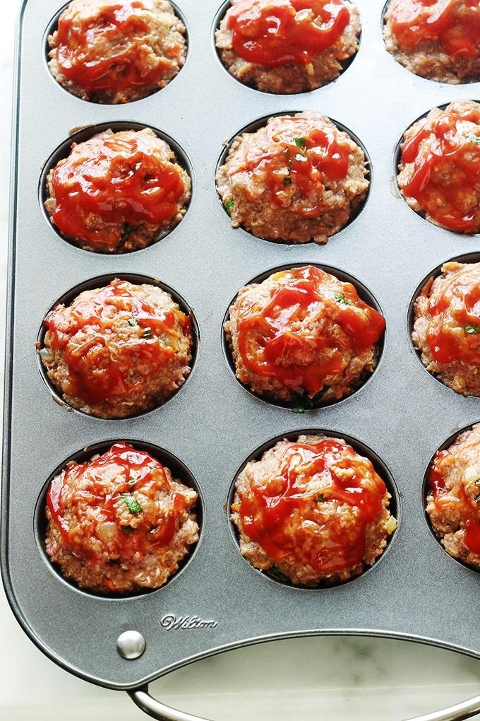 Mini pains de viande hachée aux légumes moelleux et juteux. Très faciles et rapides à faire. Ils sont cuits au four dans un moule à muffins. Un régal avec des pommes de terre (en purée ou autre) et une sauce d'accompagnement (ketchup, sauce tomate, sauce aux champignons …)