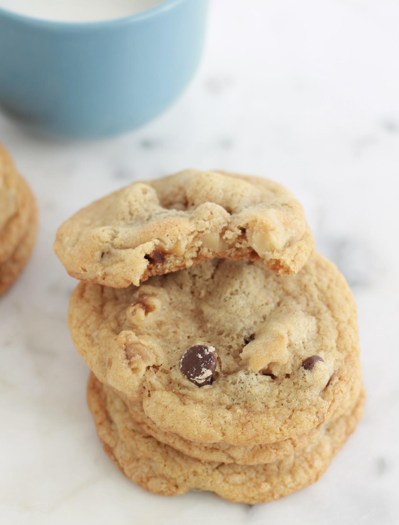 Cookies aux pépites de chocolat et noix. Très faciles à faire et à réussir. Ils sont superbes pour le goûter. Et vous pouvez préparer votre pâte jusqu'à 3 jours à l'avance, elle se garde bien au réfrigérateur./CuisineCulinaire.com