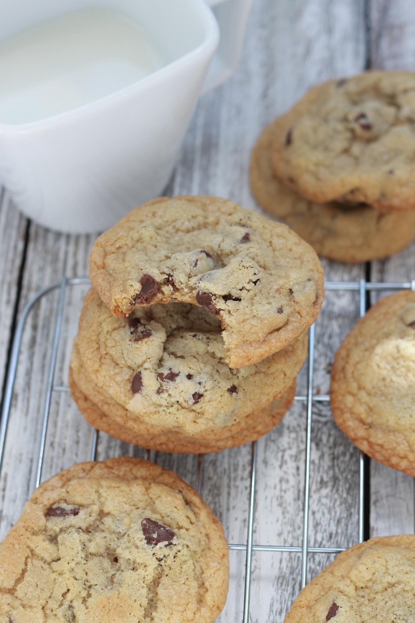 La vraie recette des cookies aux pépites de chocolat. Délicieux et très faciles à faire, ils sont parfaits pour le goûter. / CuisineCulinaire.com