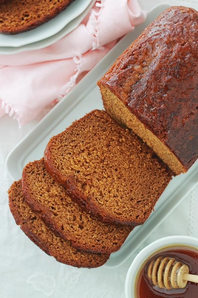 Pain d'épices hyper moelleux, très simple à faire et inratable. A base de lait, huile végétale (sans beurre), oeufs, miel, bicarbonate de soude (sans levure chimique) et des épices pour pain d'épices. Ce pain d'épices est encore meilleur le lendemain de sa préparation.