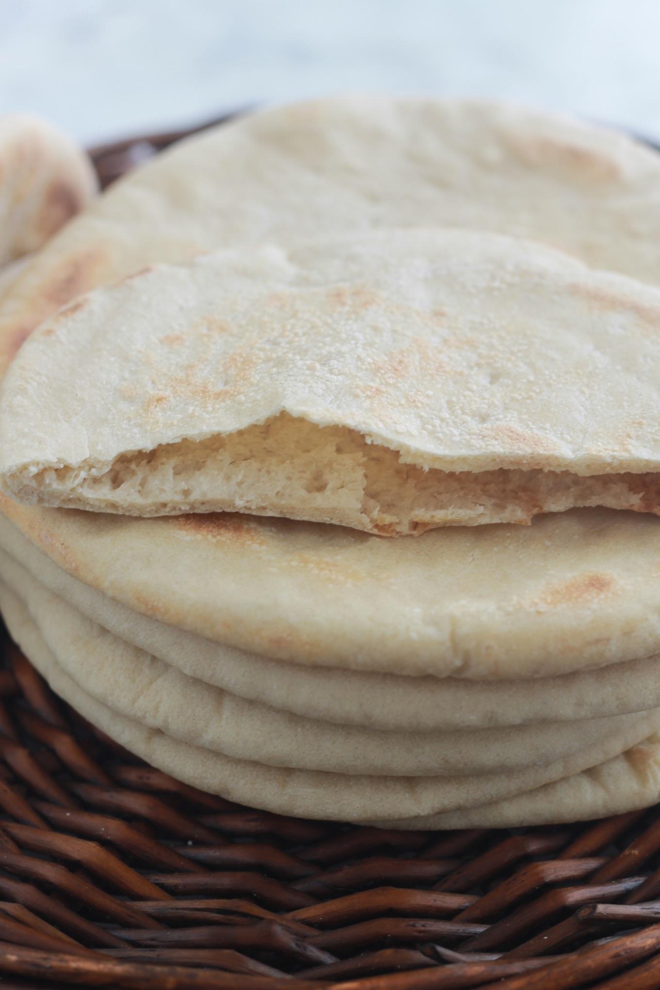 Le pain pita maison, la recette avec des astuces pour le réussir. Parfait pour servir avec du houmous ou zaatar, pour faire des sandwichs genre chawarma et gyros, et bien d'autres. | CuisineCulinaire.com