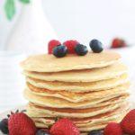 Recette de base des pancakes américains classiques. Ils sont moelleux, légers et gonflés. La recette est trè facile et rapide à faire, la pâte à pancakes étant sans repos. Pour varier, vous pouvez incorporer dans votre pâte des fruits, des noix, du chocolat, etc