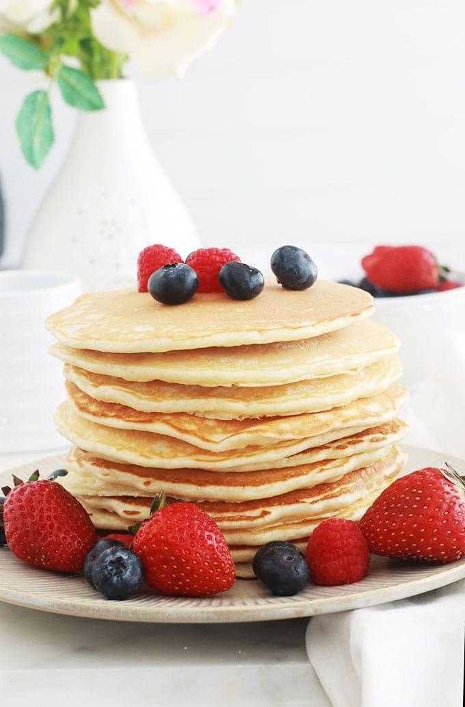 Recette de base des pancakes américains classiques (Américan pancakes). Ils sont moelleux et légers. La recette est très facile et rapide à faire, la pâte à pancakes étant sans repos. Pour varier, vous pouvez incorporer dans votre pâte des fruits, des noix, du chocolat, etc