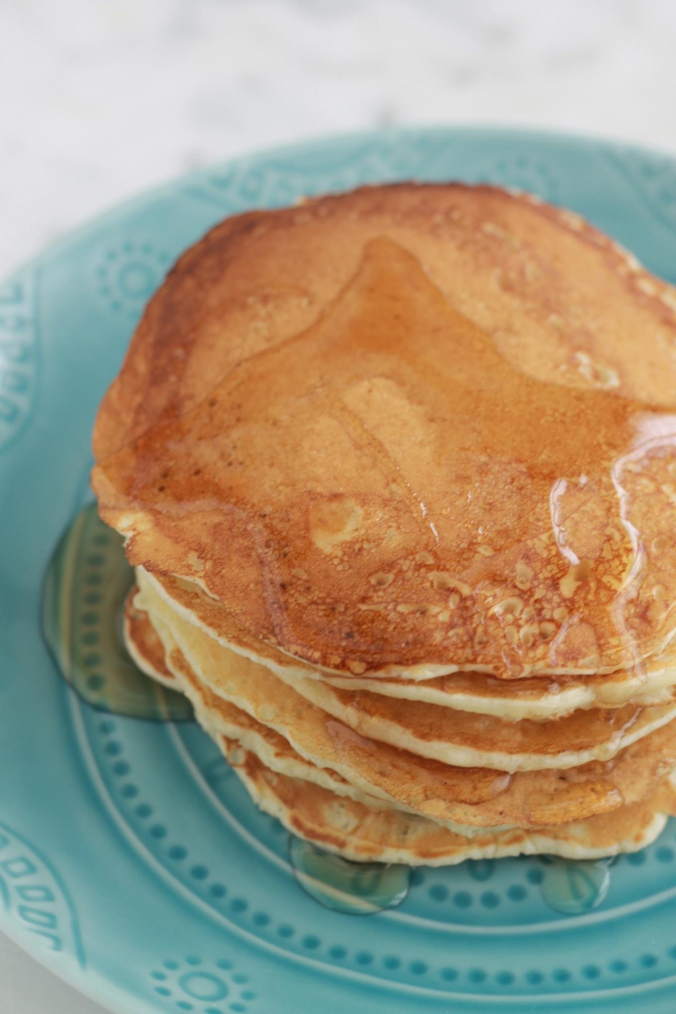 La recette classique des pancakes américains. Délicieux, faciles et rapides à faire. Pour le petit déjeuner ou le goûter. Ils sont appréciés aussi bien en version sucrée que salée. | CuisineCulinaire.com