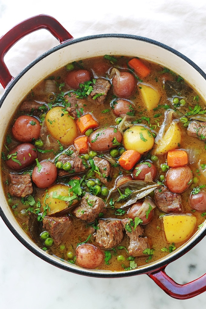 Recette de ragoût de boeuf aux légumes simple et plein de saveurs. La viande est très tendre et fondante car longuement mijotée dans une cocotte à feu doux. Un plat complet, sain et réconfortant.