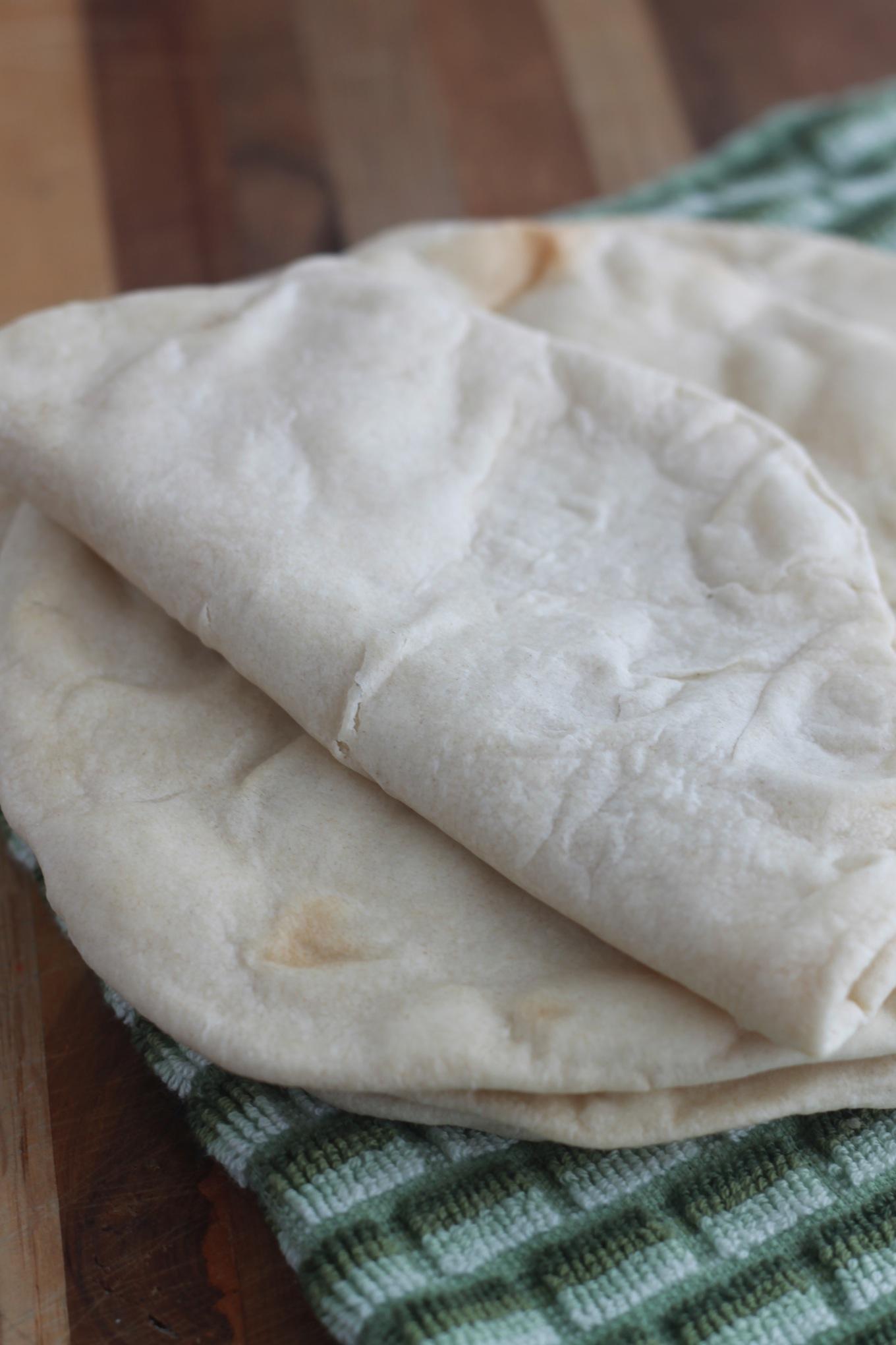 Les tortillas mexicaines à base de farine de blé. Simples et très faciles à faire. Vous pouvez les faire cuire au four ou à la poêle.