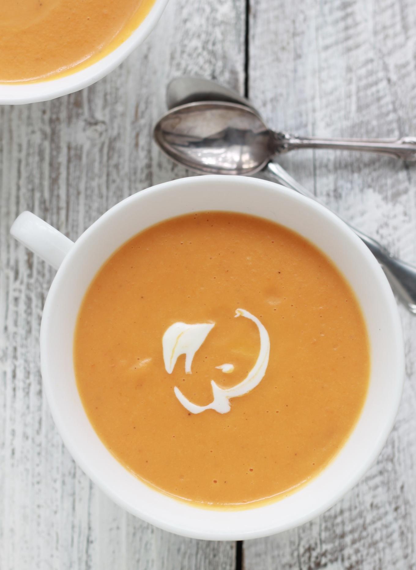 Un délicieux velouté de carottes au fromage plein de fibres, vitamines et minéraux en plus d'être très facile et rapide à faire !