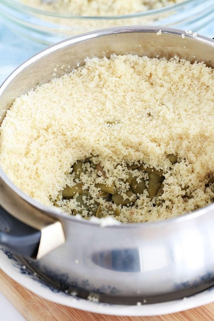 Couscous aux fèves fraîches à la vapeur. 4 ingrédients : fèves entières, avec la cosse, graines de couscous (semoule), huile d'olive de qualité et sel. Recette kabyle toute simple et tellement bonne. A servir avec du lait fermenté (lait caillé, lait ribot ou babeurre). Un pur régal!