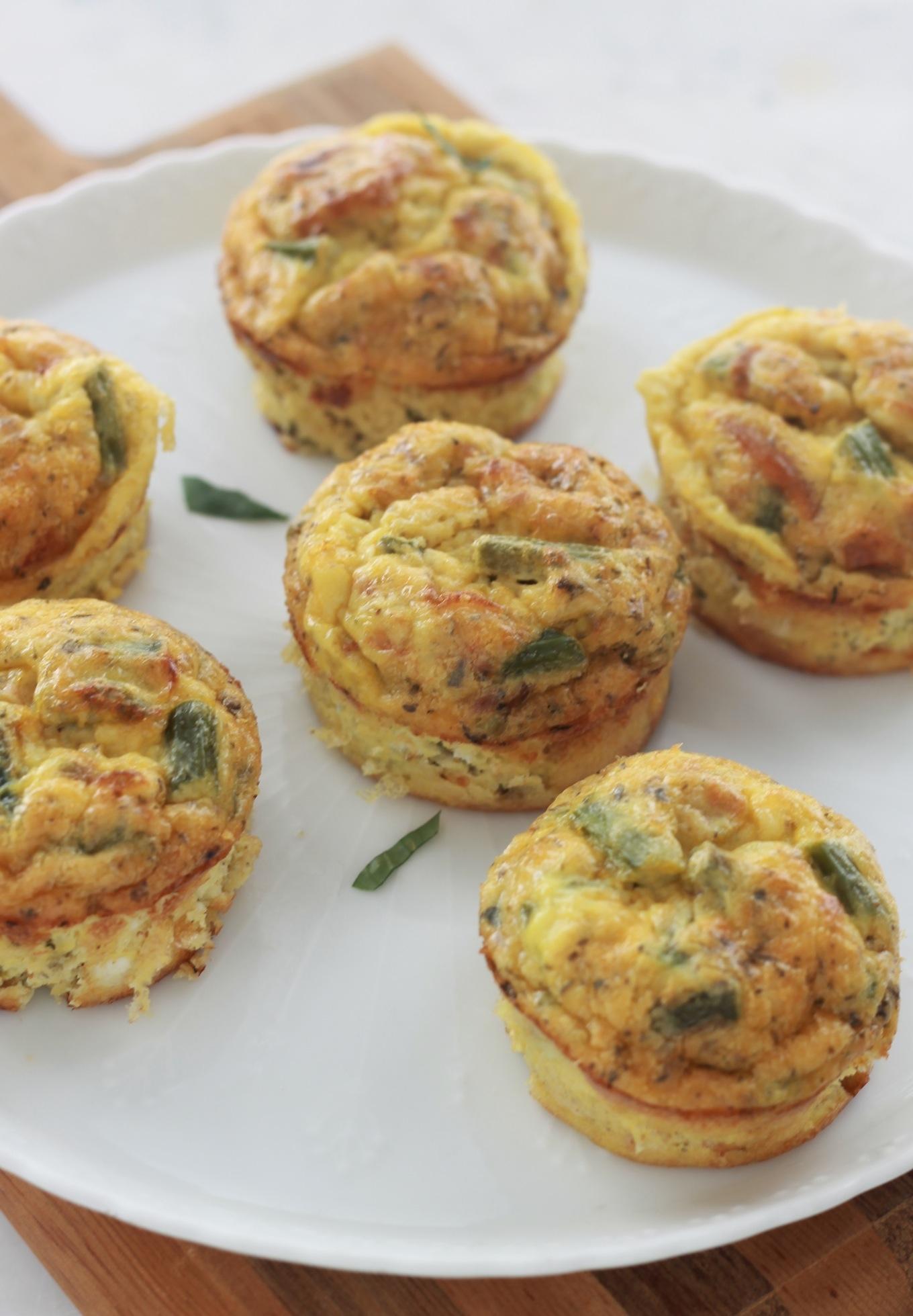 Délicieuses mini frittata aux asperges et tomates, un plat complet, simple et rapide. Cuisson dans un moule à muffin pour avoir des portions individuelles. / Cuisineculinaire.com