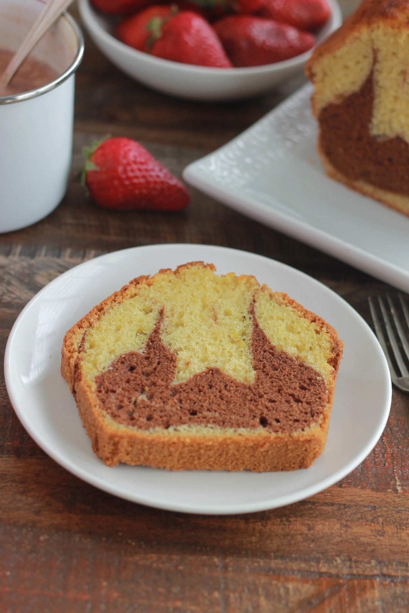 Gâteau marbré au chocolat, moelleux et très facile à faire. Agréablement parfumé à la vanille et au citron. Il convient pour le goûter ou le petit déjeuner.
