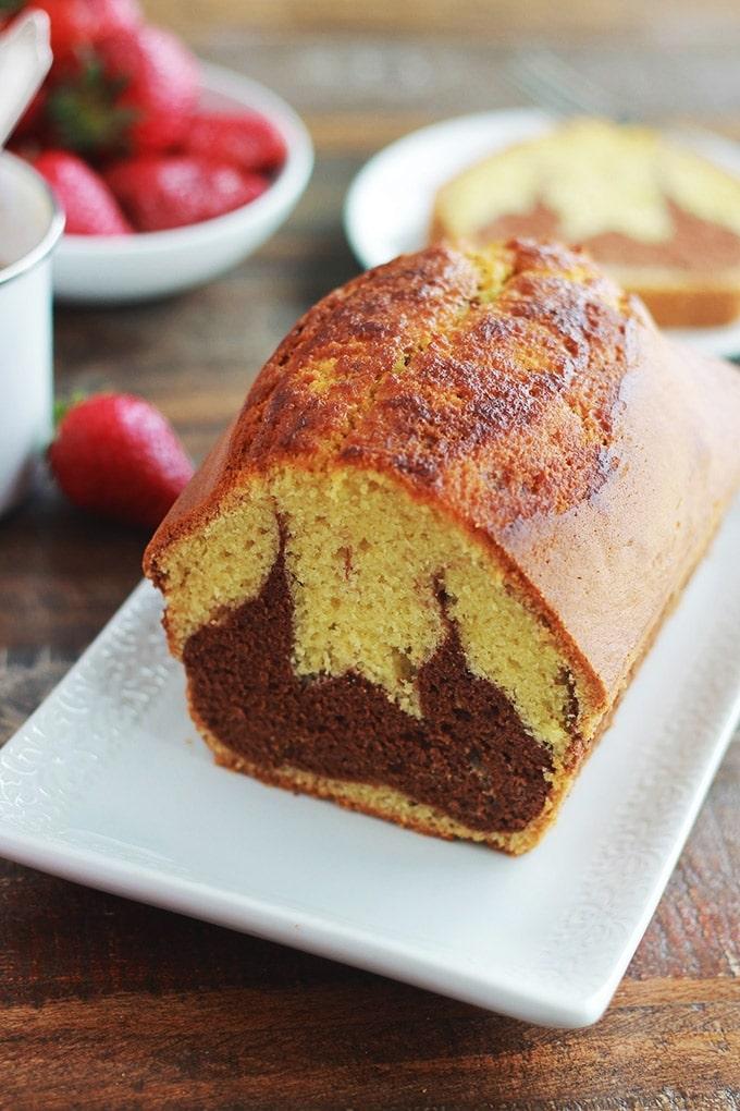 Ce gâteau marbré au chocolat me vient de ma tante. C'est un gâteau moelleux, économique et facile à faire. Parfait pour le goûter, le petit déjeuner ou pour emmener à un pique-nique. Vous pouvez le faire cuire dans un moule à cake pour faire un gros gâteau, ou dans des moules individuels, des moules à mufins par exemple.