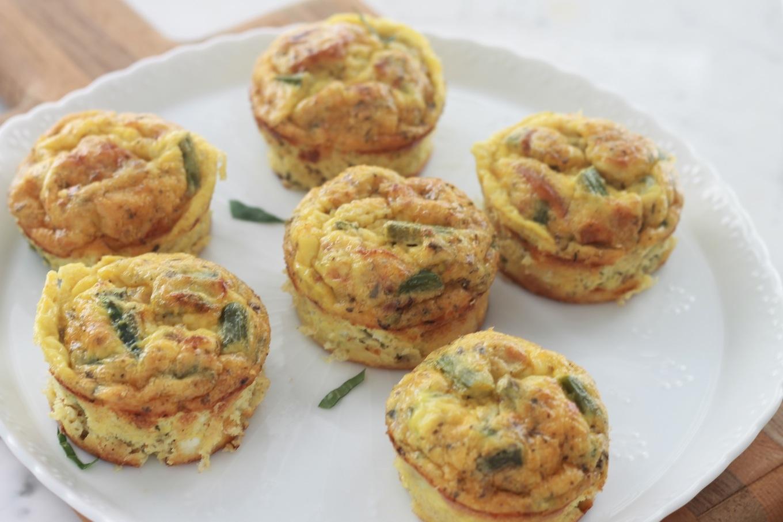 Délicieuses mini frittata aux asperges et tomates, un plat complet, simple et rapide. Cuisson dans un moule à muffin pour avoir des portions individuelles. / Cuisine Culinaire