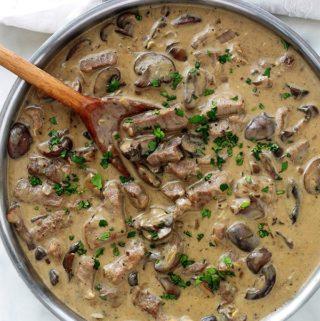 Le boeuf Stroganoff ou Stroganov est un délicieux plat russe, facile et rapide à faire. C'est du boeuf émincé dans une sauce à base de crème sure (crème aigre), oignon, champignons, bouillon de boeuf, moutarde. Magnifique avec des pâtes, du riz, des pommes de terre en purée ou des pommes de terre cuites à la vapeur ...
