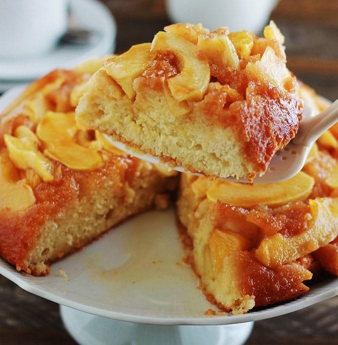 La recette du gâteau au yaourt renversé aux pommes caramélisées. Fait sur la base du gâteau au yaourt classique dont les mesures se font à l'aide du pot de yaourt. Pas besoin de balance. C'est une recette facile et économique. Un dessert délicieux pour la fin d'un repas ou au goûter.