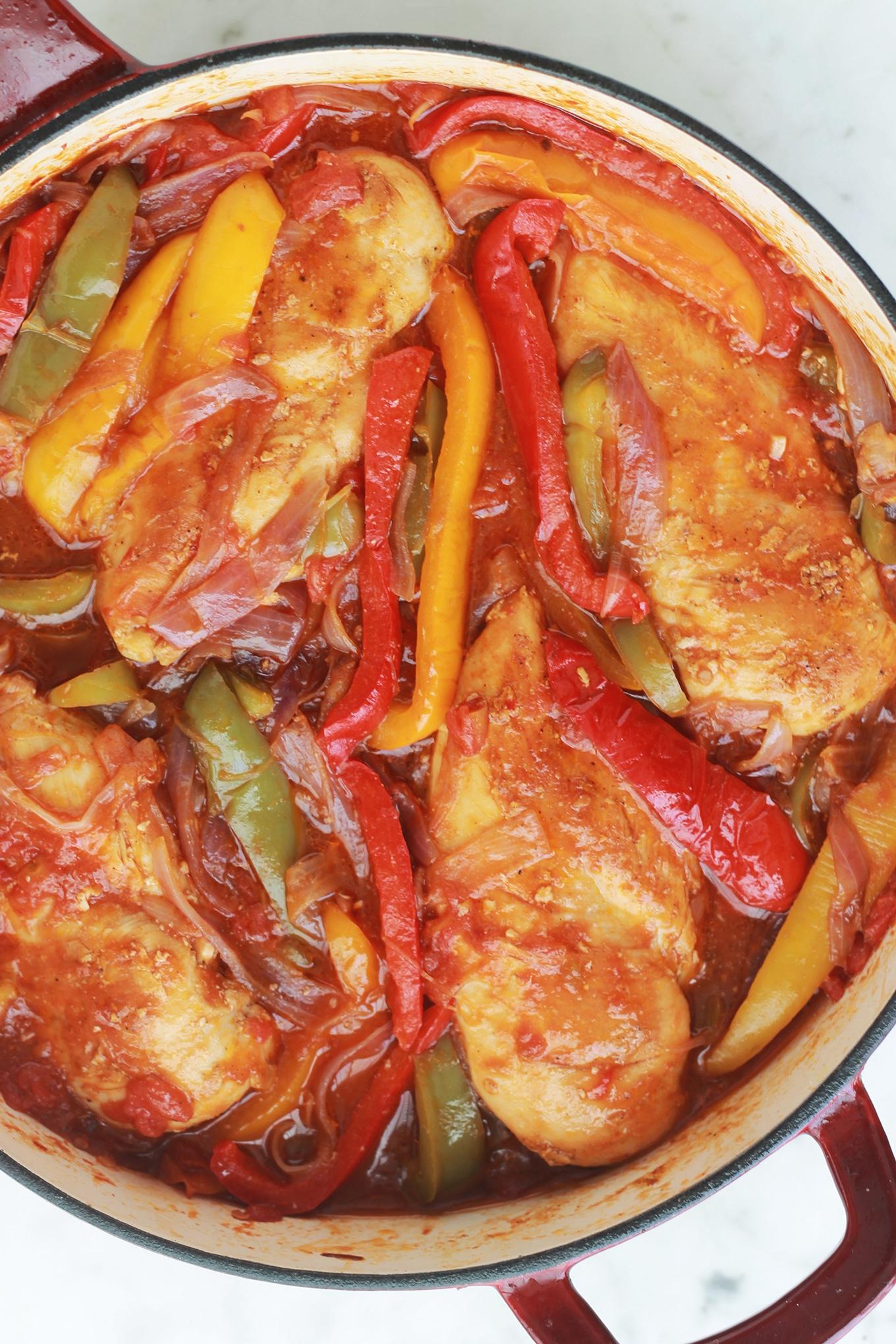 Poitrines de poulet aux poivrons, oignons et tomates. Un plat délicieux et très simple à faire. S'accompagne très bien avec du riz, une purée de pommes de terre ou des frites.
