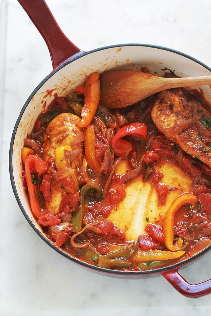 Blanc de poulet aux poivrons, oignons et tomates. Avec ce que vous voulez : poitrines de poulet complètes ou émincées, aiguillettes, escalopes, filet etc. Un plat économique, simple et rapide. A servir avec du riz, des pommes de terre ou des pâtes.