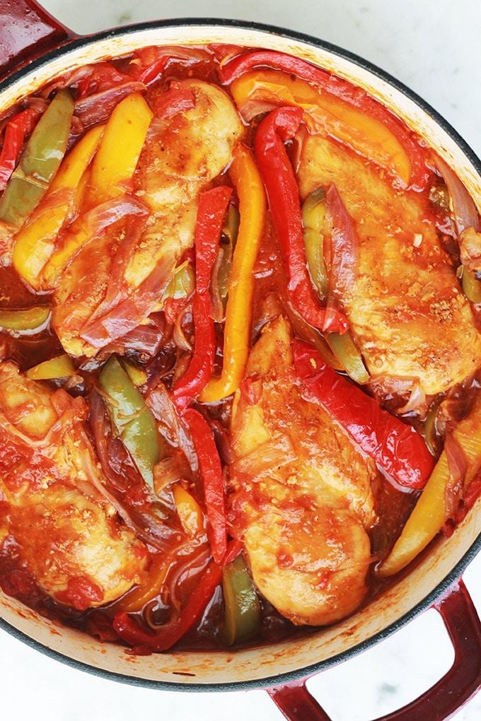 Blanc de poulet aux poivrons, oignons et tomates. Avec ce que vous voulez : poitrines de poulet complètes ou émincées, aiguillettes, escalopes, filet etc. Un plat économique, simple et rapide à préparer. Bon avec du riz, des pommes de terre ou des pâtes