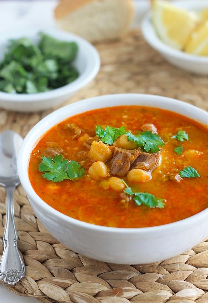 Chorba frik algérienne à base de blé vert concassé (appelé frik, d'où le nom de la soupe). Elle peut se faire avec ou sans viande. Elle contient des pois chiches et d'autres légumes. Elle est généralement servie avec un filet de jus de citron et de la coriandre fraîche ciselée.
