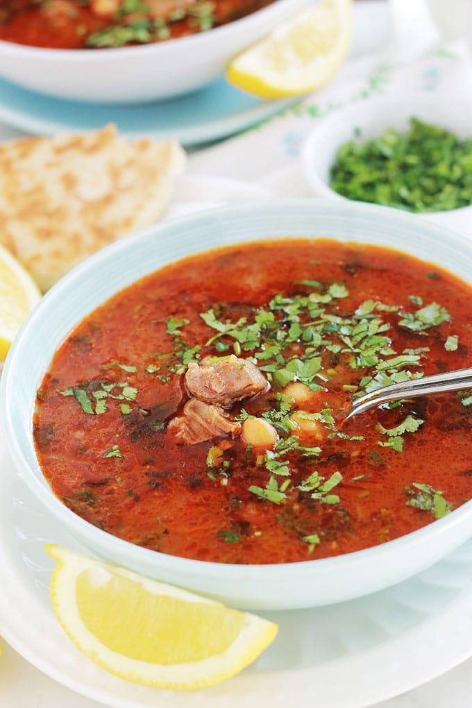 Recette de la chorba frik traditionnelle algérienne. Simple et très parfumée. C'est la soupe principale du ramadan! A base de viande, frik (blé vert concassé), oignon, ail, pois chiches, tomates, épices, coriandre fraîche. Arrosée d'un filet de jus de citron et parsemée de coriandre fraîche, yummy!