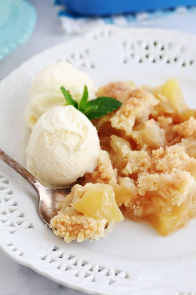 Crumble aux pommes fondantes et caramélisées servi avec de la glace à la vanille