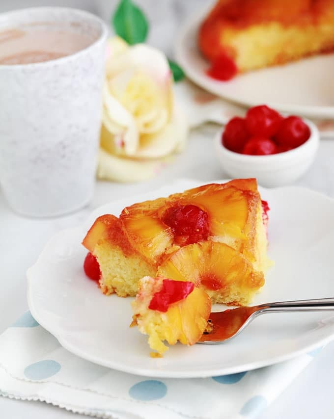 Délicieux gâteau au yaourt renversé à l'ananas et cerises confites caramélisés. Une variante classique à base de la fameuse recette du gâteau au yaourt. Très moelleux et facile à faire. Vous pouvez le réaliser avec de l'ananas en boîte (coupé en tranches ou en dés) ou encore de l'ananas frais. Pour le goûter ou en dessert.