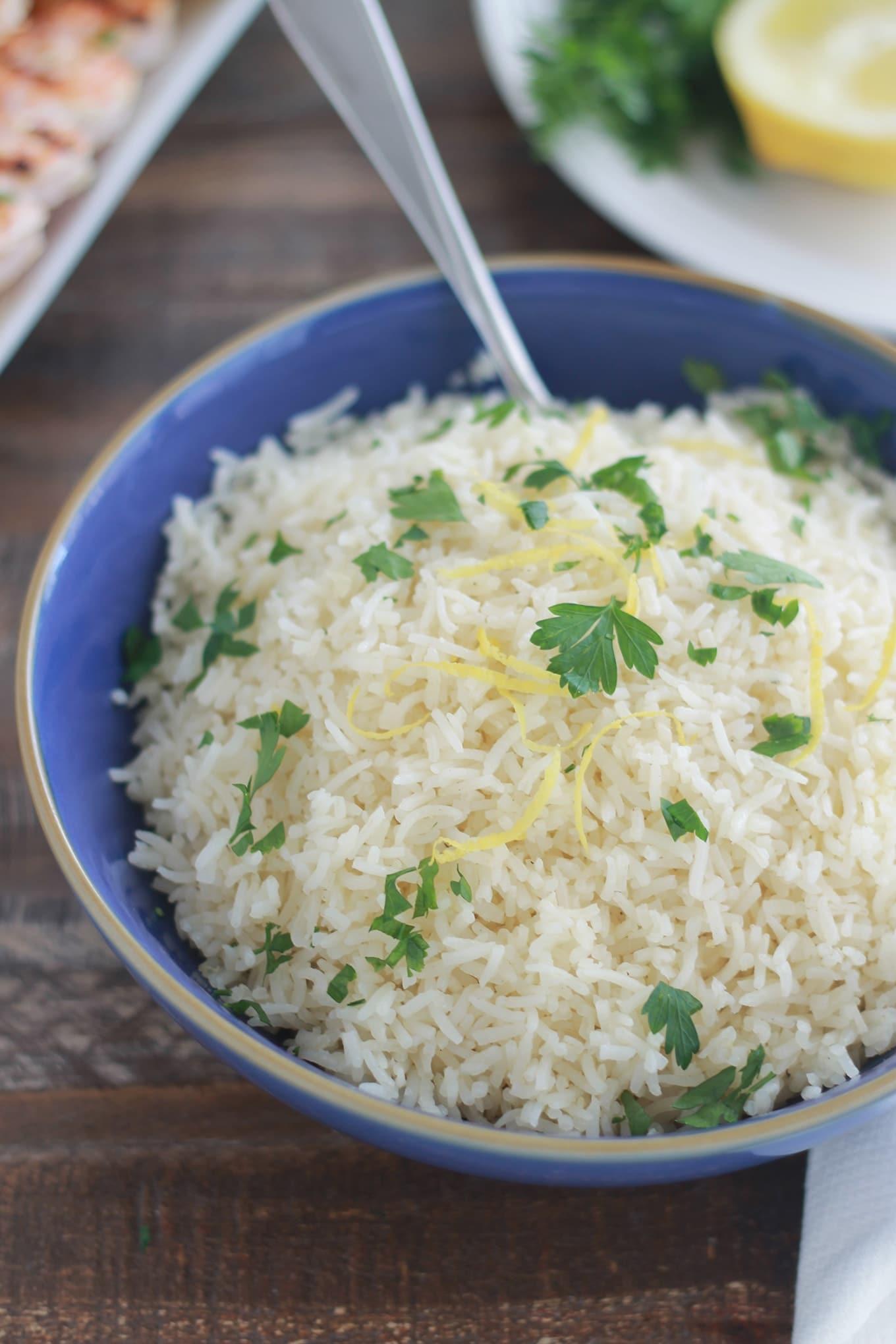 Ce riz au citron est agréablement parfumé. Excellent pour accompagner des brochettes de crevettes ou de poulet, du poisson et de la volaille en général.