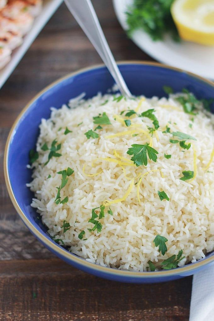 Ce riz au citron est agréablement parfumé. Facile et rapide à faire. C'est un plat qui accompagne parfaitement des brochettes de crevettes ou de poulet, du poisson et de la volaille en général.