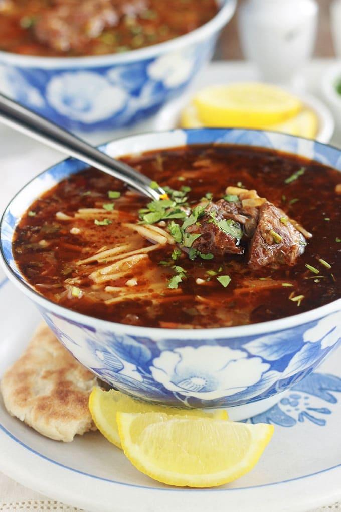 Soupe algérienne aux légumes, viande et vermicelles (chorba vermicelle). Très simple et facile à faire. En entrée ou en plat principal accompagnée de bricks, chaussons farcis ou tout simplement avec du pain.