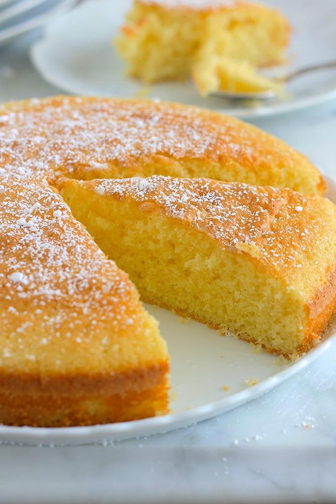 Ce gâteau moelleux au citron est super bon. Si, comme moi, vous aimez le citron, vous allez vous régalez, c'est guaranti! Il est bien parfumé, léger, et aérien à souhait. Et en plus, très facile à faire.