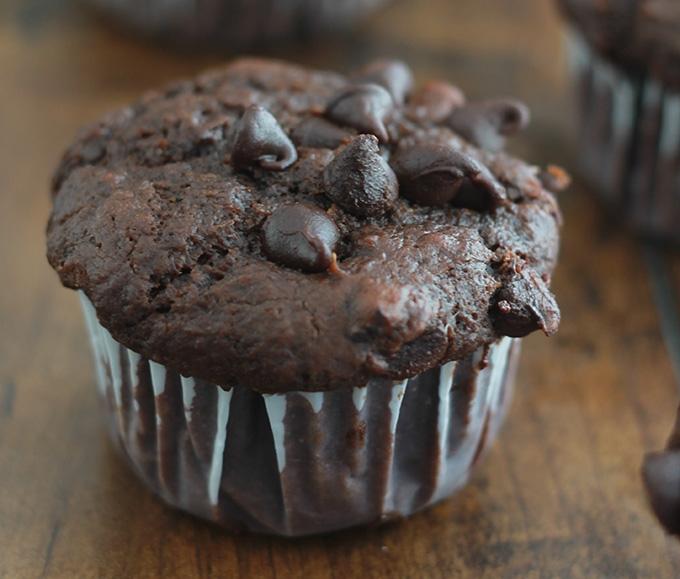 Recette des muffins au chocolat et yaourt. Moelleux à souhait et très faciles à faire. Parfaits pour le petit déjeuner ou le goûter. Les enfants en particulier adorent.