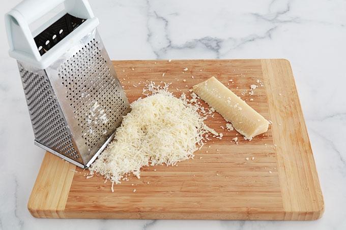 Etape preparation Sauce pesto - raper le parmesan