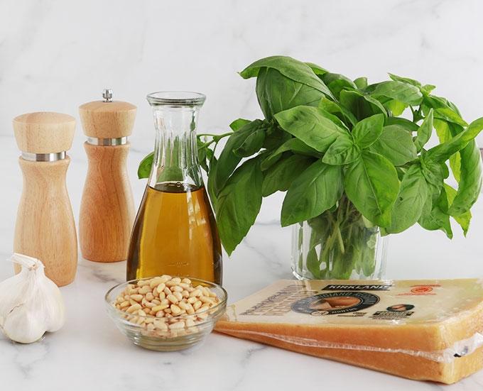 Ingredients sauce pesto basilic ail pignons de pin huile d olive parmesan sel poivre