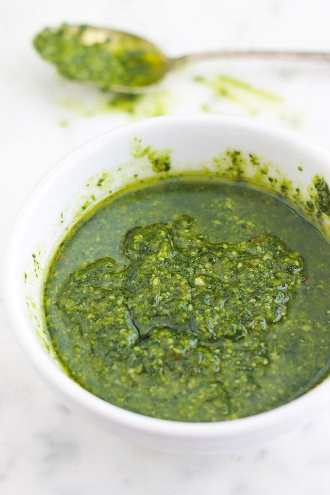 La recette du pesto au basilic traditionnel (ou pesto alla genovese). Une sauce froide très parfumée, pleine de saveurs et simplissime. Un régal avec des pâtes, des légumes ou des viandes grillées. Je vous donne aussi des idées pour réaliser des variantes de pesto ainsi que d'autres idées d'utilisation.