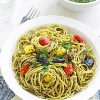 Spaghetti au pesto de basilic et légumes - Spaghetti au pesto de basilic et légumes poêlés : simple, délicieux et très parfumé. Délicieux en plat principal ou en plat d'accompagnement pour les viandes et poissons grillés ou poêlés. Utilisez du pesto maison ou du commerce. Mais franchement, le pesto maison est tellement plus parfumé et en plus il se fait en 2 minutes!