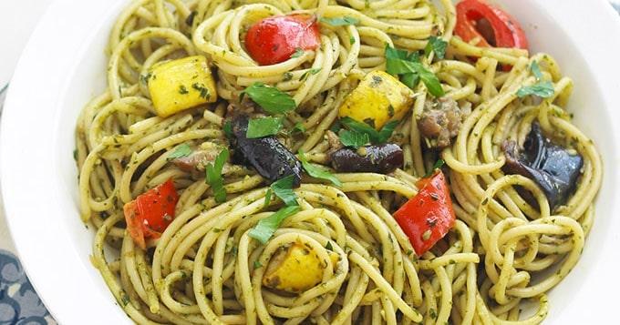 spaghetti au pesto de basilic et l gumes cuisine culinaire. Black Bedroom Furniture Sets. Home Design Ideas