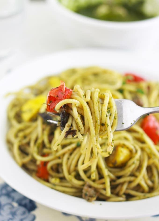 Spaghetti au pesto de basilic et légumes - simple, délicieux et très parfumé. Délicieux en plat principal ou en plat d'accompagnement pour les viandes et poissons grillés ou poêlés. Utilisez du pesto maison ou du commerce. Mais franchement, le pesto maison est tellement plus parfumé et en plus il se fait en 2 minutes!