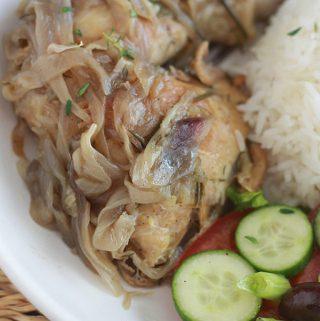 La recette des cuisses de poulet aux oignons caramélisés, un plat économique, simple mais tellement bon. Le poulet est bien tendre et les oignons fondants à souhait. Parfumé, délicieux avec du riz, mais aussi avec du couscous, des pommes de terre ou des pâtes. Le thym et le romarin parfument à merveille le poulet et les oignons.