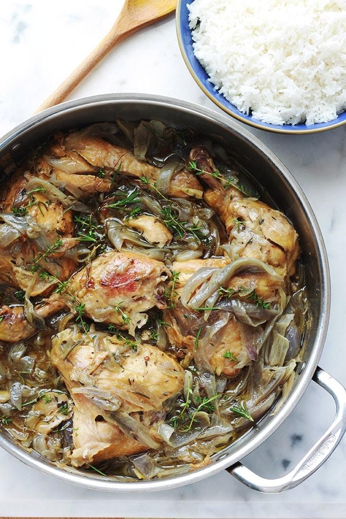 Recette des cuisses de poulet aux oignons confits, simple mais tellement bon. Un plat économique avec un minimum d'ingrédients. Vous pouvez le parfumer avec : du thym et du romarin, ou des herbes de Provence ou italiennes. Délicieux avec du riz, mais aussi avec du couscous, des pommes de terre ou des pâtes.