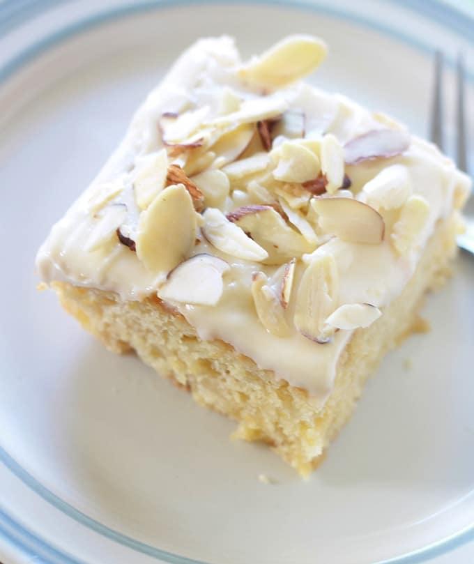 Gâteau à l'ananas moelleux avec un délicieux glaçage au fromage à la crème. Ne contient pas d'huile ni de beurre (à part dans le glaçage, mais il est facultatif).