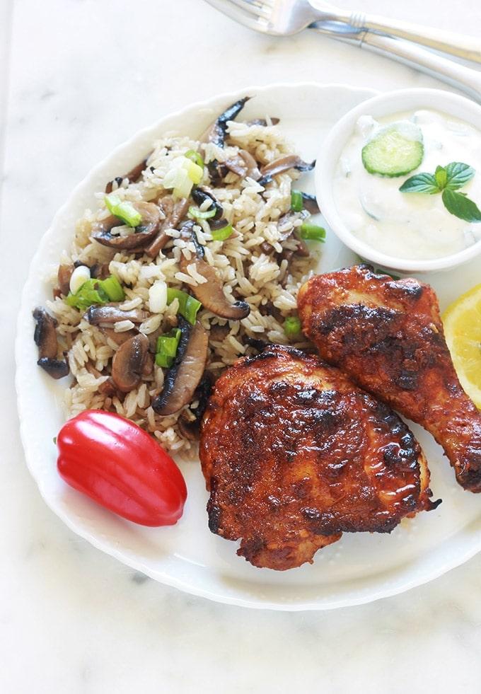 Recette du poulet tandoori au four ou à la poêle. Une recette facile à faire. Le poulet est tendre et très parfumé. C'est un grand classique de la cuisine indienne. Les morceaux de poulet sont marinés dans une sauce à base de yaourt, d'épices et de jus de citron. Vous pouvez l'accompagner avec du riz et d'une sauce raïta (une sauce à base de yaourt qui permet d'adoucir le goût des plats épicés).