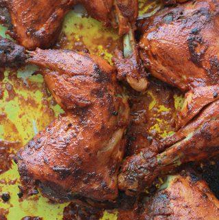 Recette du poulet tandoori, facile et très parfumé. Les morceaux de poulet sont marinés dans un mélange de yaourt, d'épices et jus de citron.