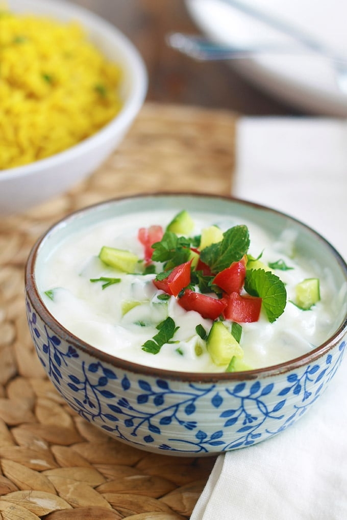 Recette de la sauce raita : une sauce au yaourt rafraîchissante, saine facile. Yaourt, légumes ou fruits, épices et herbes aromatiques.