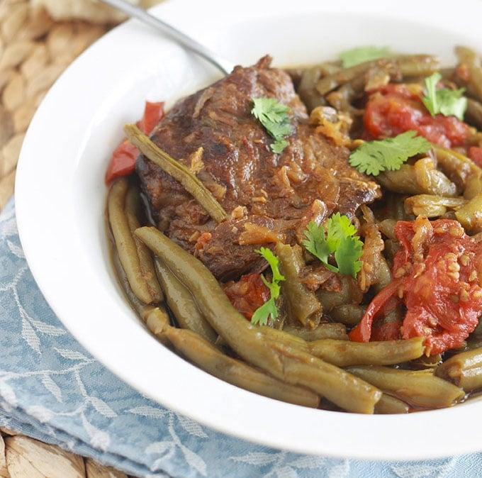Tajine de viande aux haricots verts, un plat complet, simple mais tellement savoureux. Peut se faire avec des haricots frais, surgelés ou en conserves. La viande est tendre à souhait.